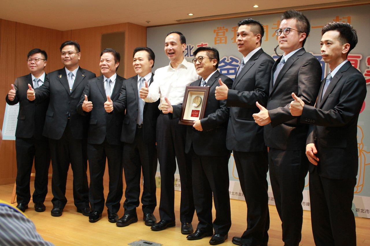 新北市長朱立倫(中)頒發感謝狀給新北市鐘錶眼鏡商業同業公會。記者林麒瑋/攝影