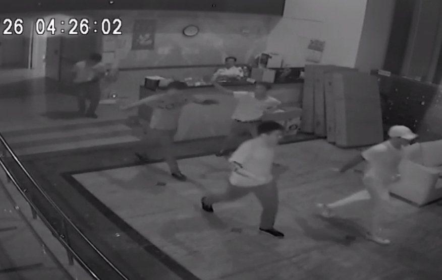 5名男子上樓開槍之後快速離去,保全被恐嚇不准輕舉妄動,坐在櫃檯內。 記者林昭彰/...