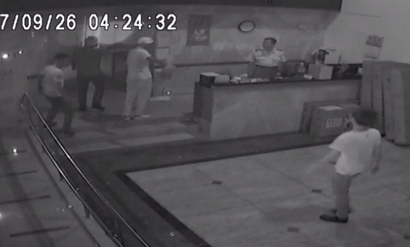 社區保全開門之後,衝進一群年輕人直奔樓上住戶開槍。 記者林昭彰/翻攝