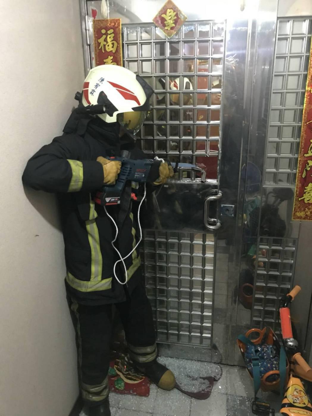 母親送大兒子上學後,回家竟被小兒子反鎖屋外,消防隊協助破門,確保幼兒平安無事。記...
