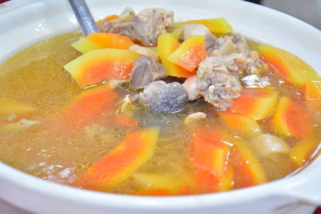 台南山上區媽媽味道的「木瓜雞湯」。記者吳淑玲/攝影