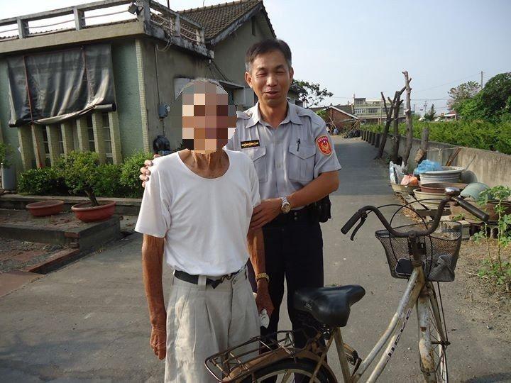 警察花了一個多小時一路探詢,才將老人家安全送到家。圖/虎尾分局提供