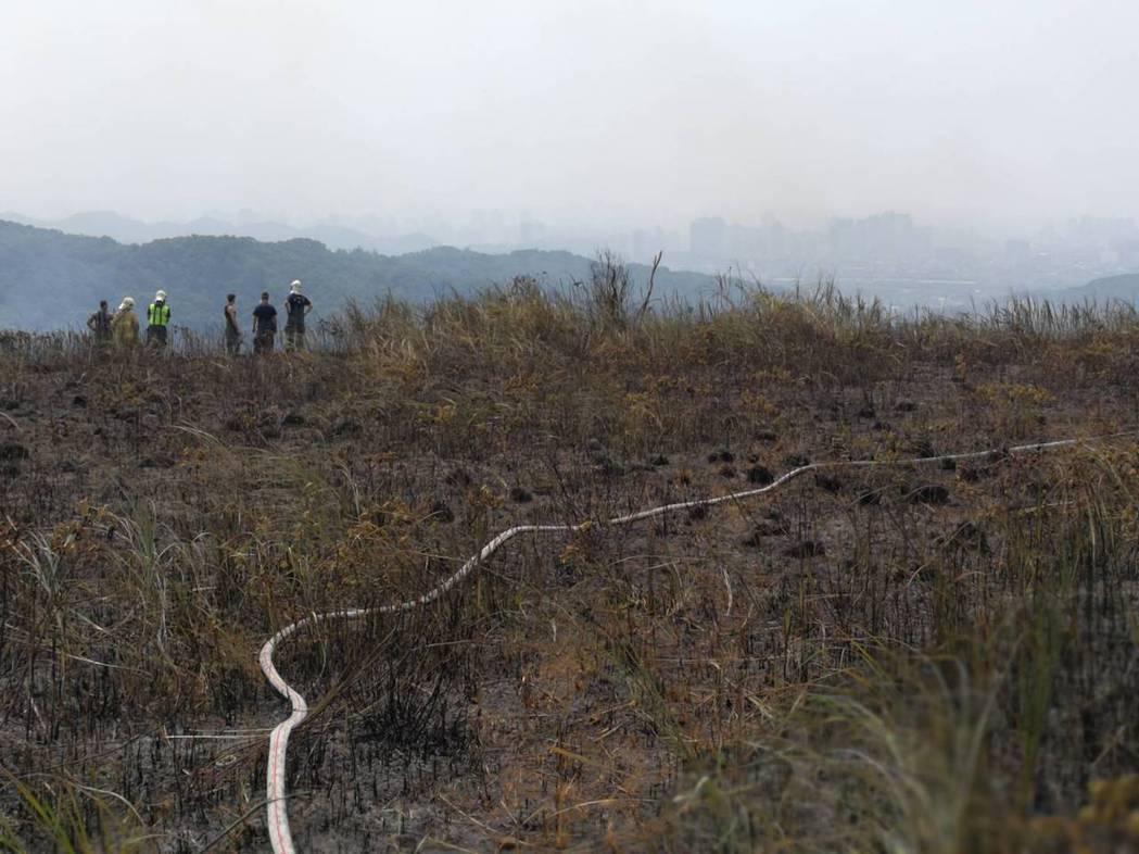 現場佈滿水線滅火,火勢已獲得控制。記者郭宣彣/翻攝