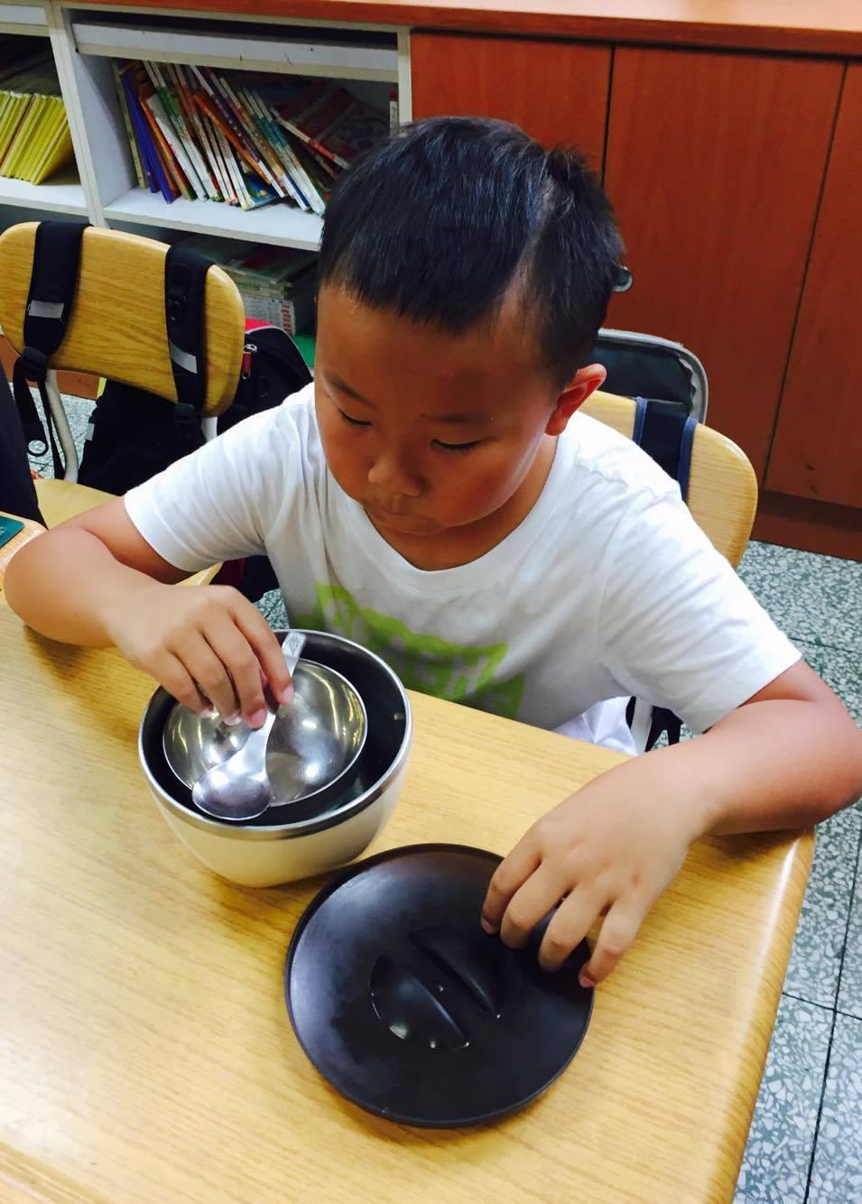 四年級的王同學想再吃一碗,但看到已經空蕩蕩的飯鍋,難過地說「還想吃,但怎麼都沒有...