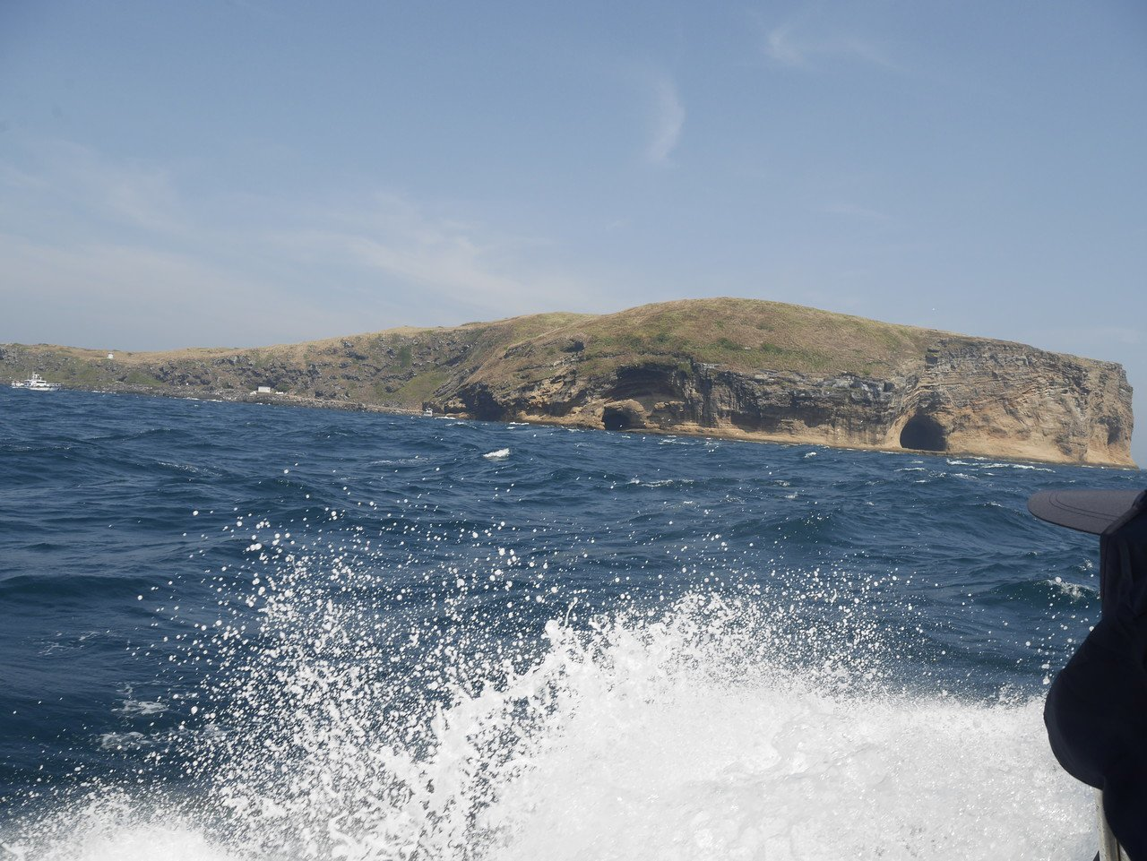 彭佳嶼碼頭簡易,大浪淘淘,船隻泊靠上岸是一大考驗。記者吳淑君/攝影