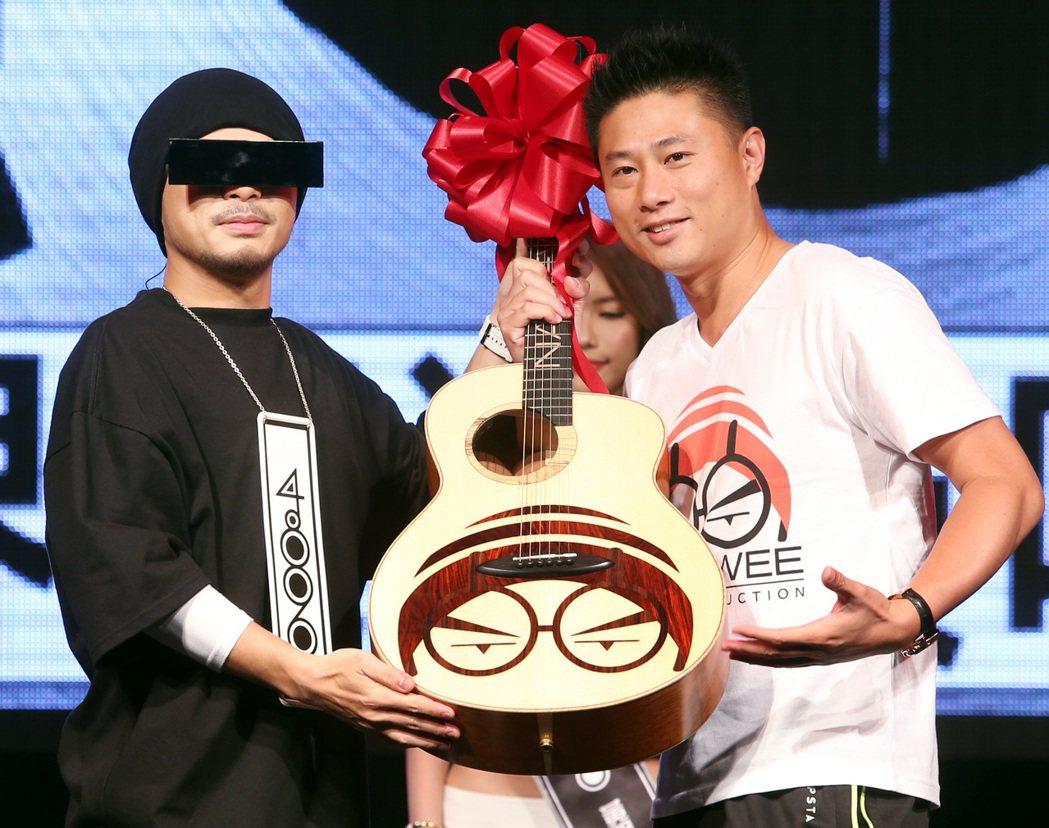 量能文創董事長彭康育(右)致贈手工吉他給黃明志。記者侯永全/攝影