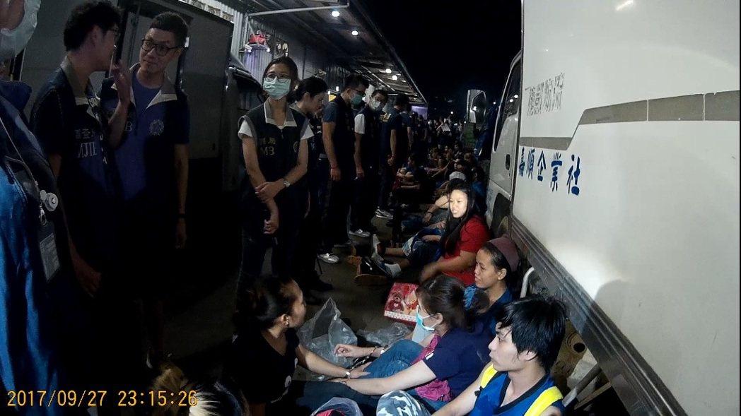 移民署新北市專勤隊昨天在新北市新莊區一處雞隻屠宰運銷場查獲業者違法僱用65名外籍...