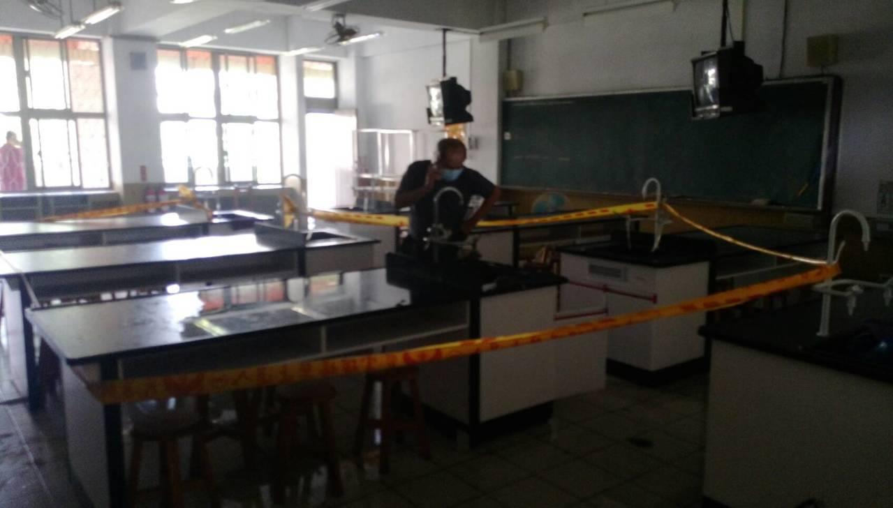 高市小港區中山國中二樓實驗室今天中午老師整理實驗室化學藥品時,突然起火爆炸,好在...