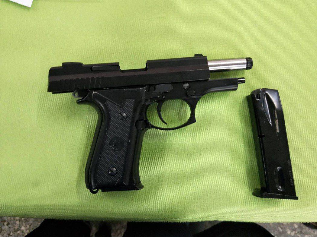 大甲警方破獲謝男的改造槍枝工作室及毒品,現場發現謝男的槍枝改造水準相當高。圖/大...