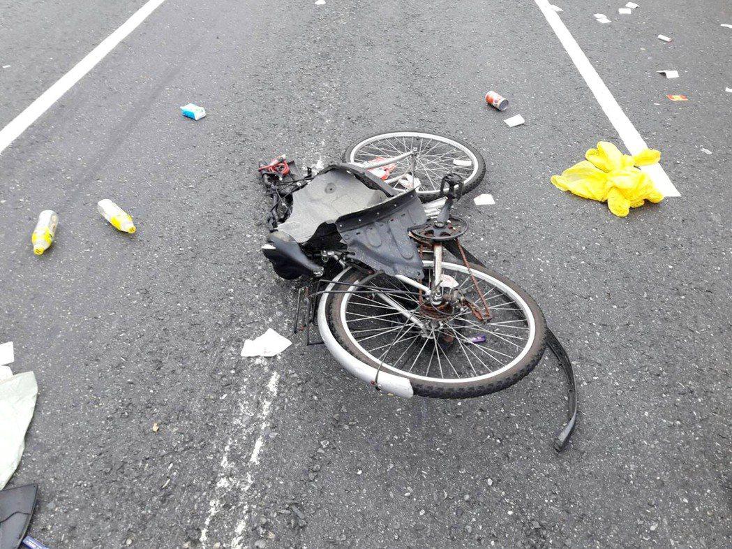 桃園市政府環保局環境清潔稽查大隊清潔隊員騎腳踏車上班途中,遭曳引工程車發生碰撞,...