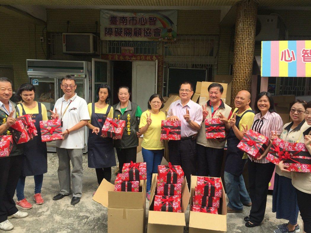 中秋近,台南市政府勞工局結合勞工團體,探望弱勢勞工家庭。圖/台南市政府勞工局提供