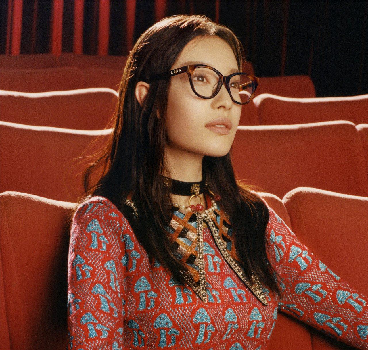 戴上Gucci光學眼鏡的倪妮,充滿復古文青氣質。圖/Gucci提供