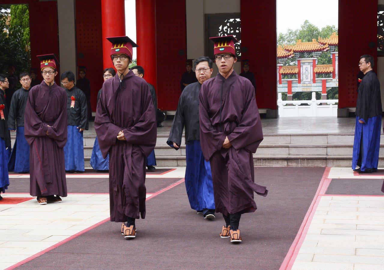 桃園市長鄭文燦(中)出席祭孔,被指大遲到。圖/市府提供