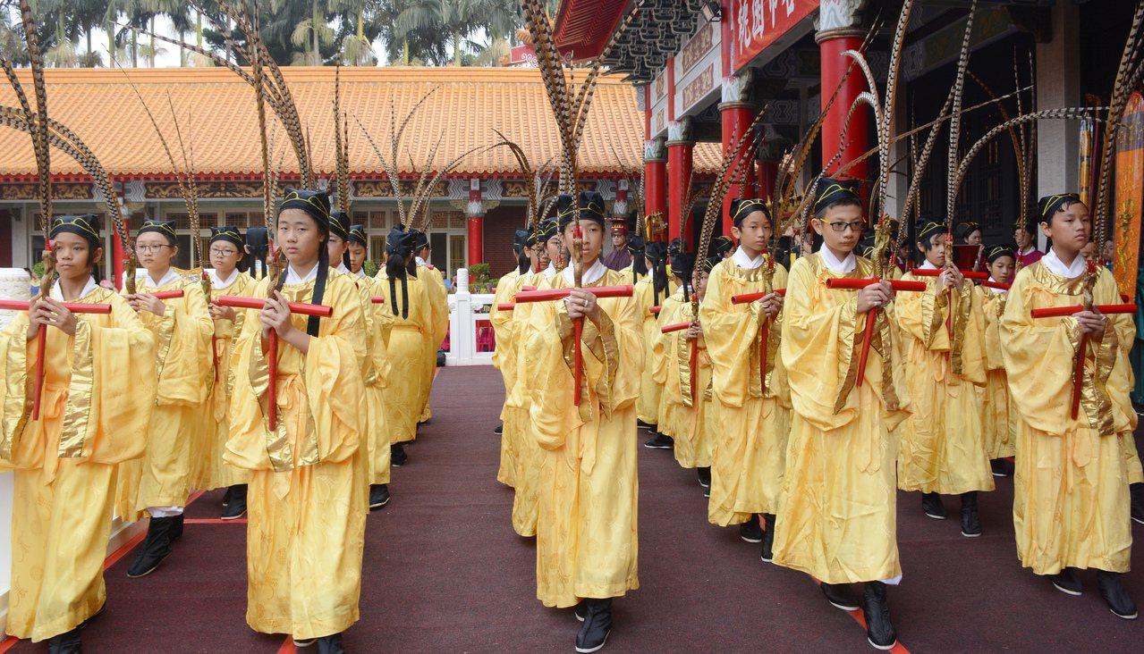 東門國小學生演出六佾舞,已是祭孔傳統。圖/市府提供
