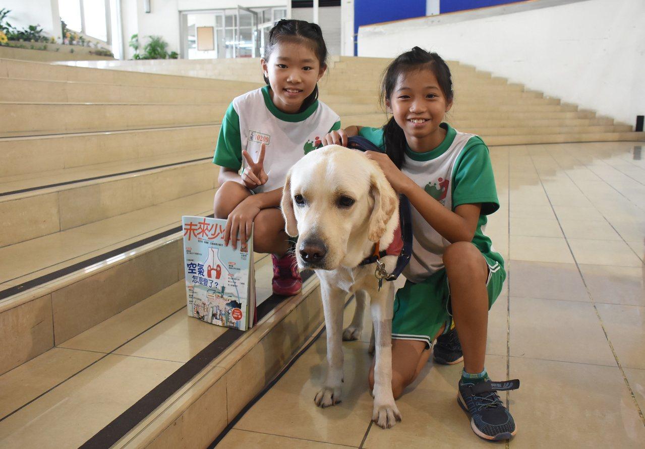 彰化縣文德國小的生命教育課程,引進導盲犬跟小朋友共同上課。記者簡慧珍/攝影