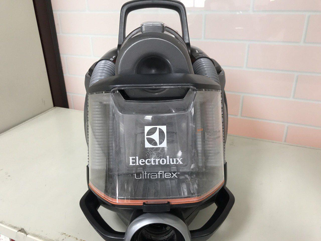 Electrolux除塵蟎吸塵器,頗受家庭主婦青睬,也在拍賣物品之列。記者邵心杰...
