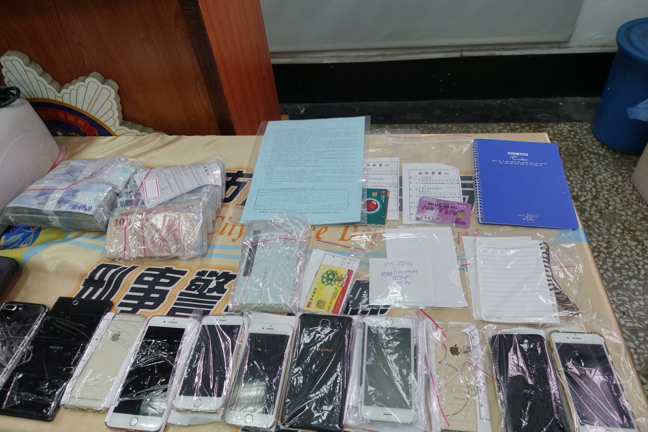 警方查扣手機、金融卡、銀行存摺等證物。記者劉星君/攝影