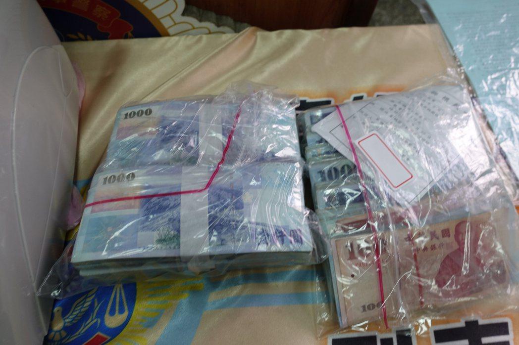 警方現場查扣疑似犯罪所得現金138萬8千多元。記者劉星君/攝影