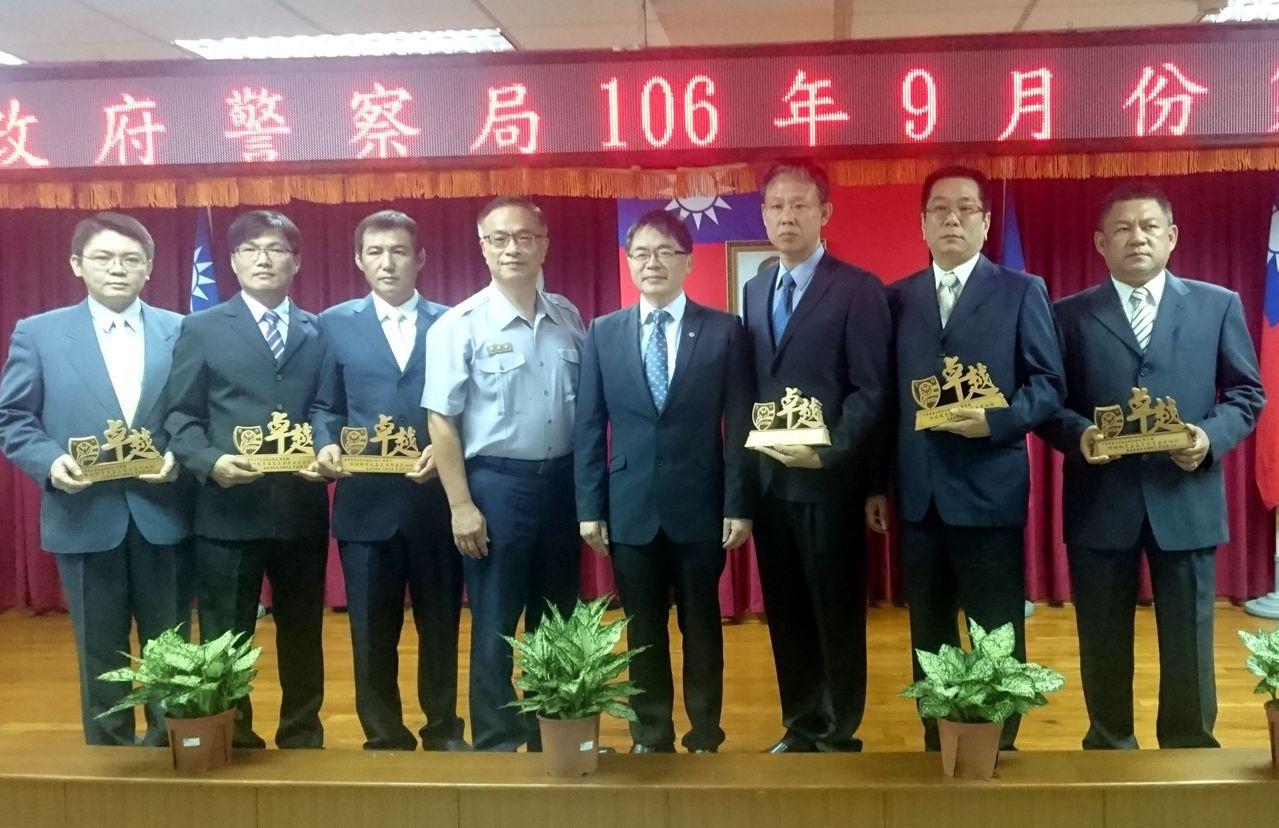 台南市代理市長李孟諺(右4)頒獎表揚緝毒有功員警。記者周宗禎/攝影