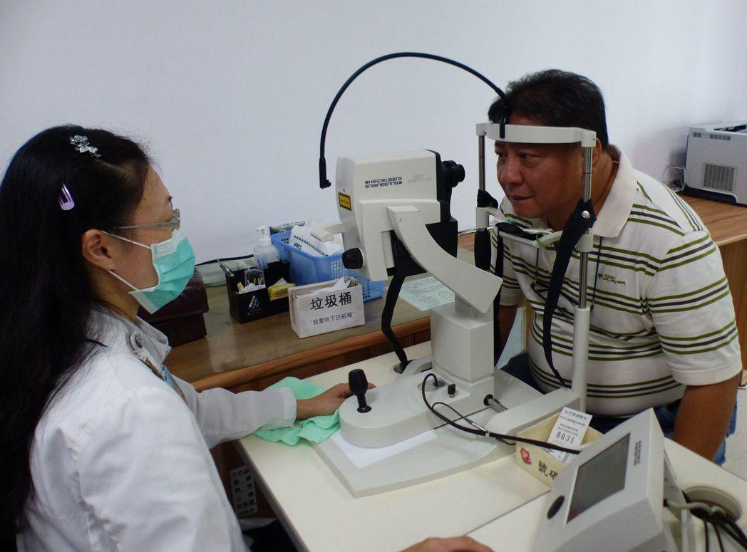 彭姓餐廳主廚(右)經接受光動力治療,視力恢復正常。記者趙容萱/攝影