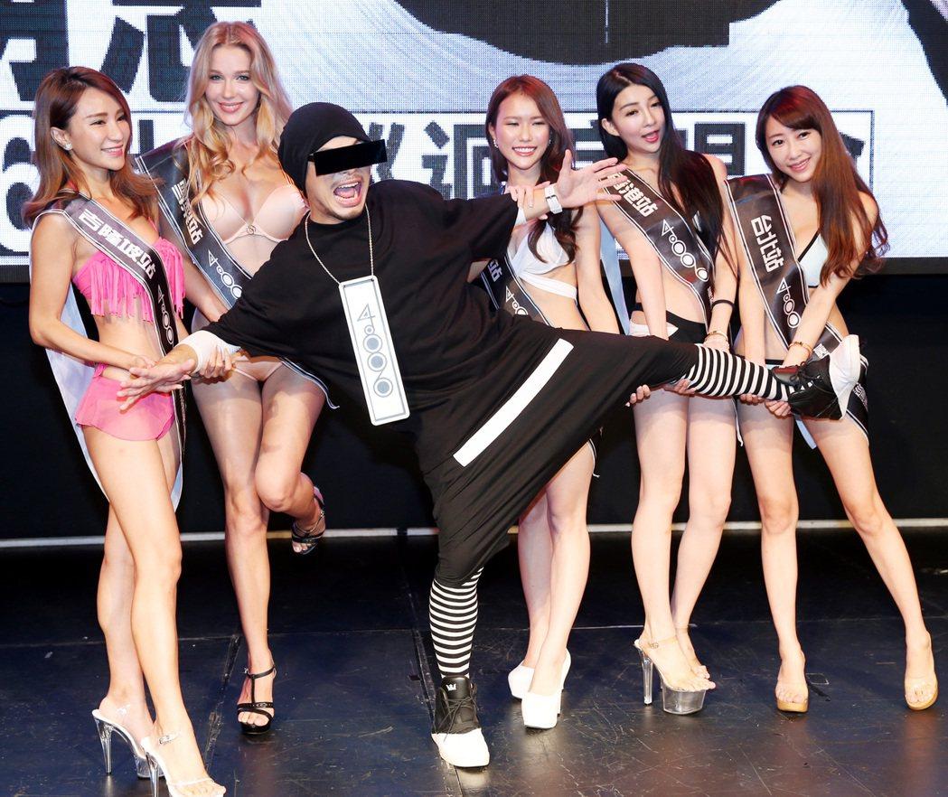 馬來西亞創作鬼才黃明志(左三)宣布「4896世界巡迴演唱會」開跑,邀請代表五場演