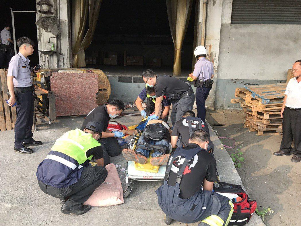 蔡姓男子操作堆高機在斜坡處翻覆,他被壓傷沒有生命跡象,消防隊趕到搶救。記者李奕昕...