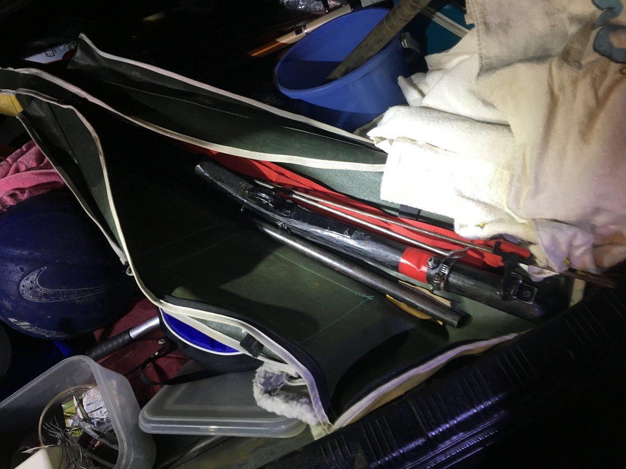 蔡嫌將土製獵槍放在魚竿袋內,企圖掩人耳目。圖/埔里警分局提供