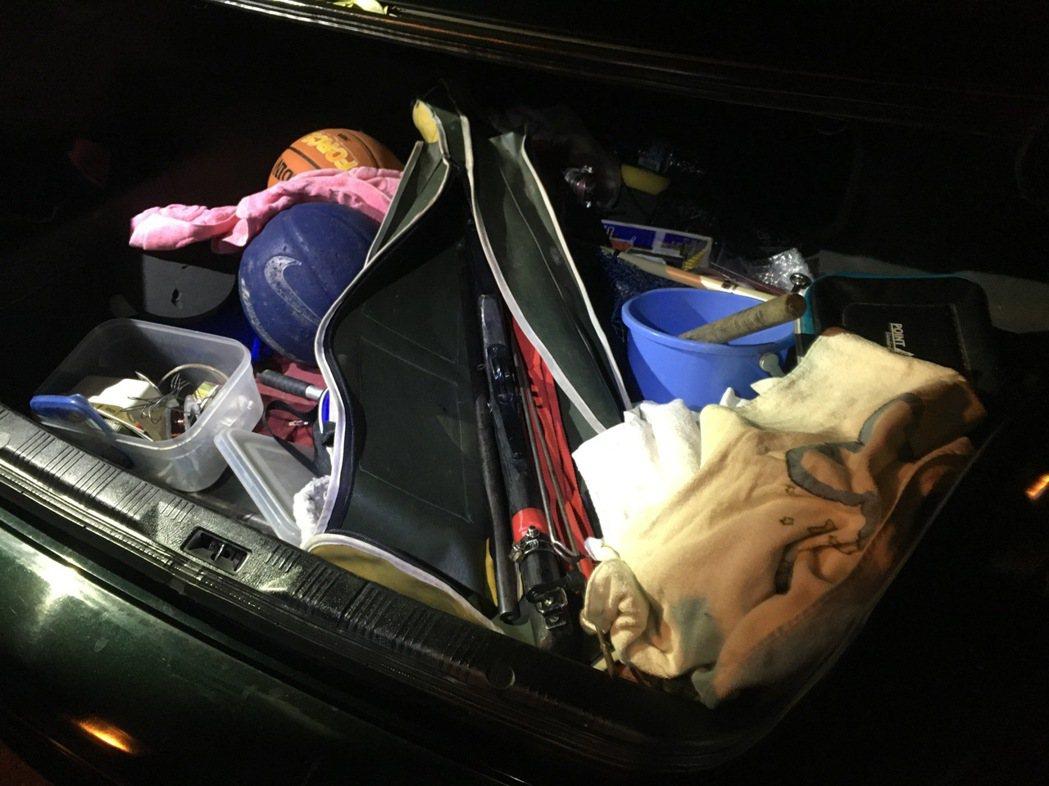 埔里警方在蔡嫌後車廂內查出土製獵槍。圖/埔里警分局提供