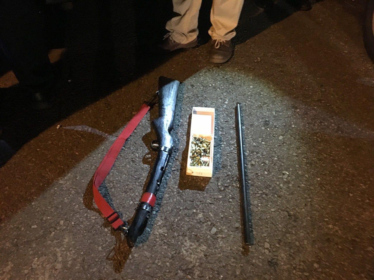 警方從蔡嫌車上起出土製獵槍1把、鋼珠158顆和工業用底火93顆等。圖/埔里警分局...
