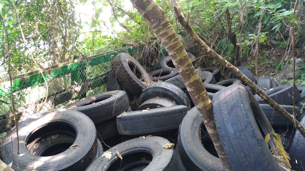 40歲的李姓業者因貪圖方便汰換的舊輪胎棄置於在太魯閣國家公園境內。圖/警方提供