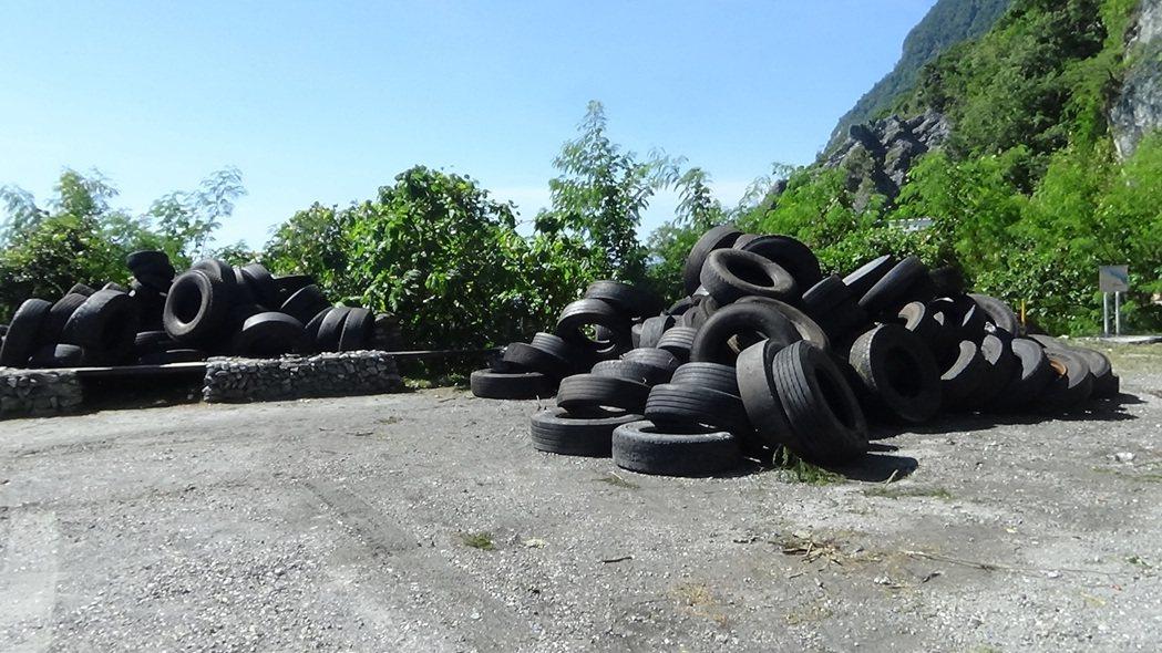 不肖業者將上百條廢輪胎丟棄在清水斷崖下方,經過一週才將所有輪胎吊上步道入口的停車...