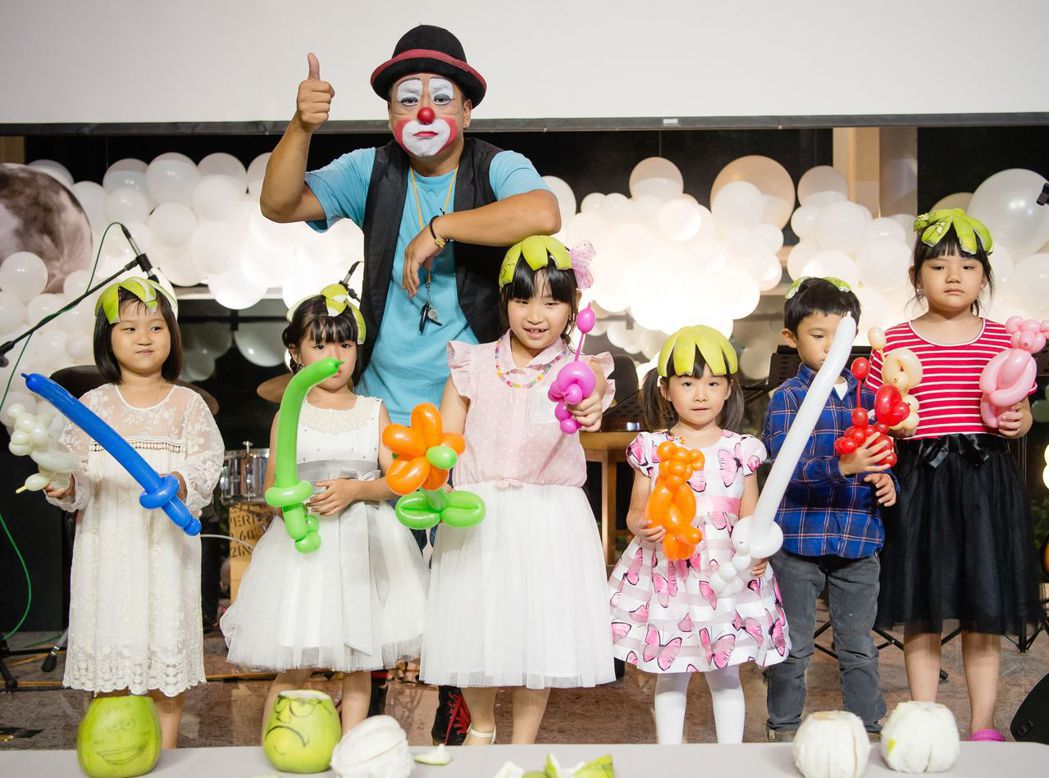 磐鈺建設在中秋晚會安排「小丑魔幻秀」,提供表演舞台支持街頭藝人。圖/磐鈺建設提供