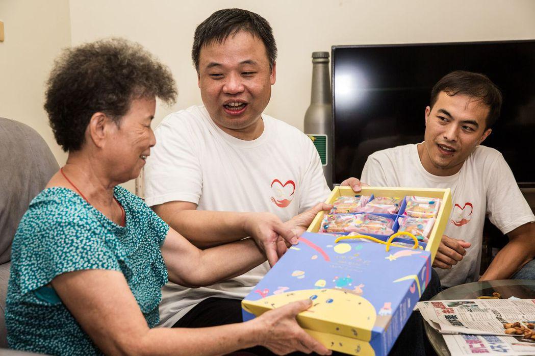 中榮血友病中心主任王建得(中)與血友病患分送月餅給福瑞里長者。圖/台中榮總提供