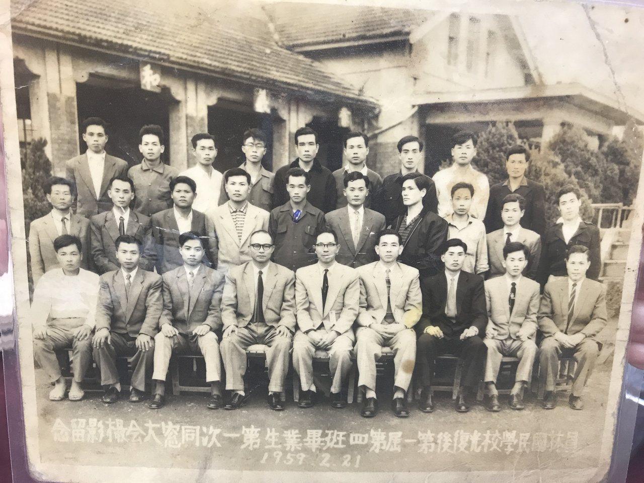 員林國小光復後第一屆畢業生在1959年辦同學會。圖/員林國小提供