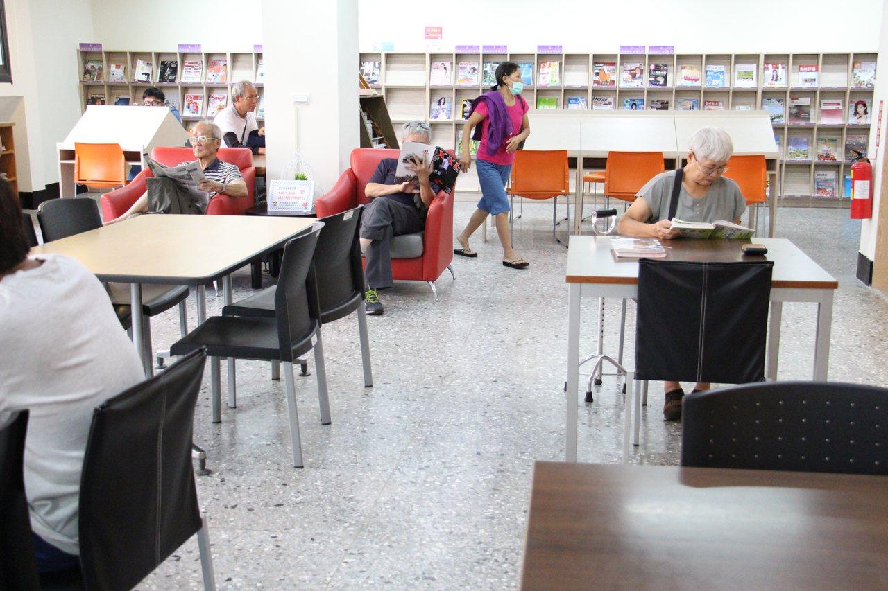 大甲圖書館位於2樓的樂齡閱讀區,上午已有許多年長者在場閱讀。記者洪上元/攝影