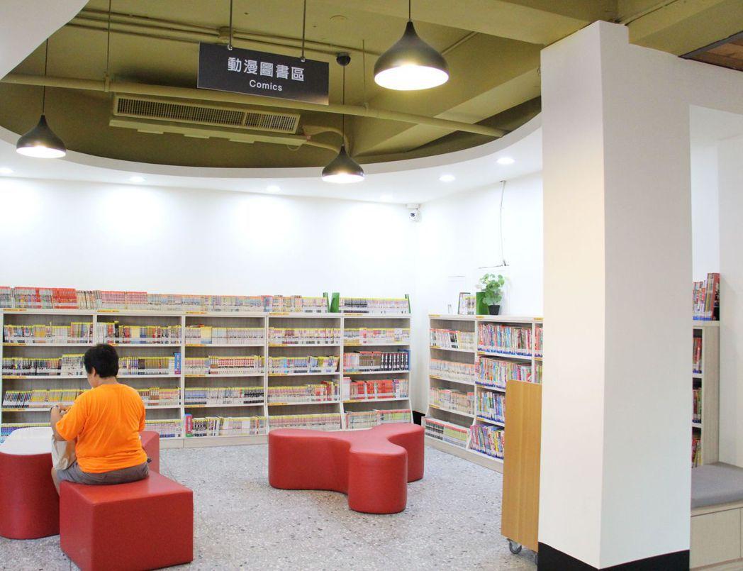 大甲圖書館設有最受年輕人歡迎的動漫圖書區,相當特別。記者洪上元/攝影