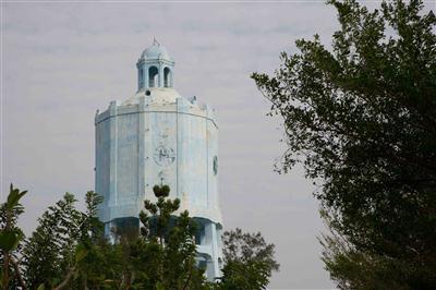 嘉義縣定古蹟鐘塔造型朴子市水塔 ,至今超過一甲子歲月,鄰近的東石國中宿舍區最近屢...