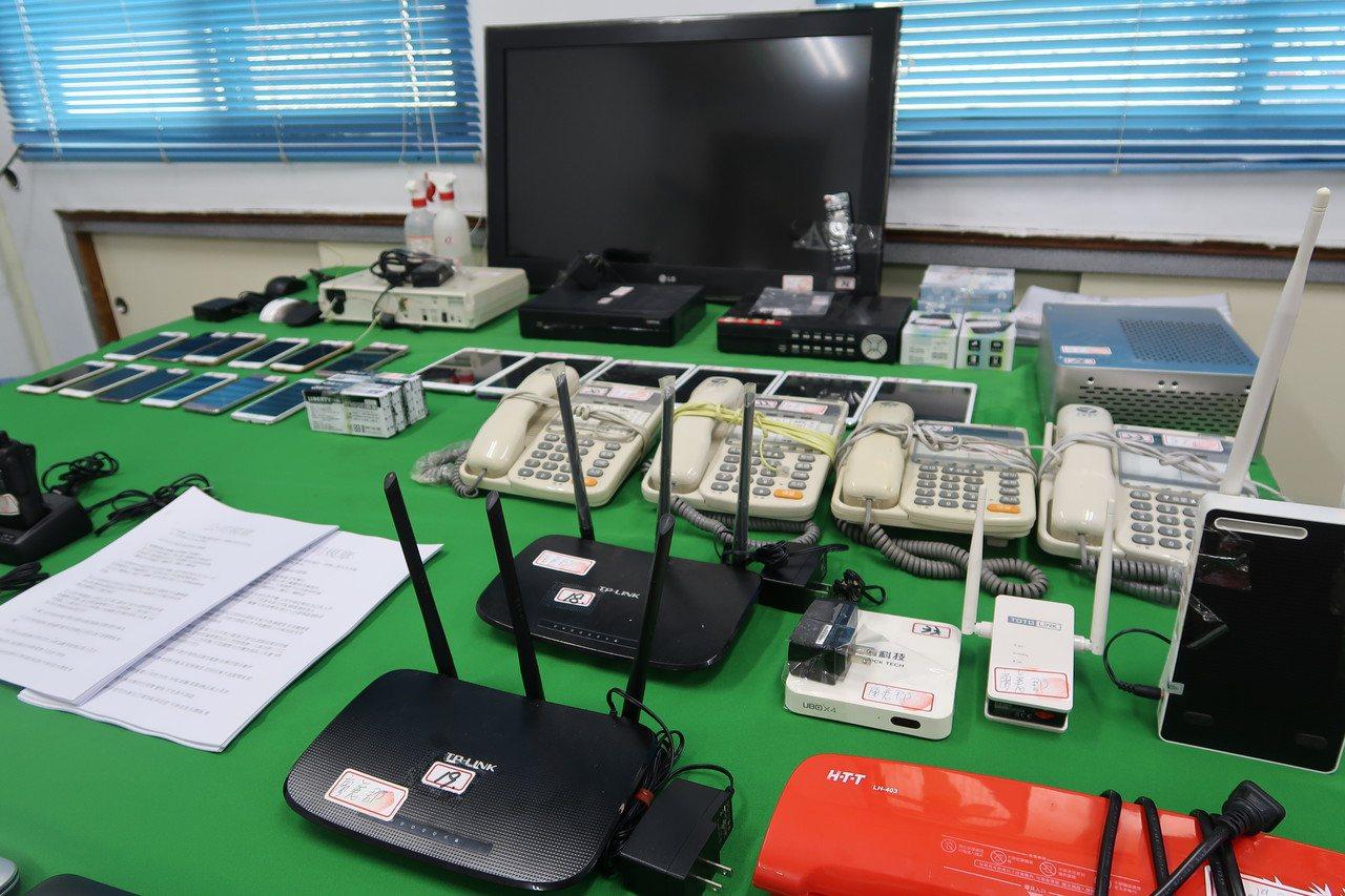 屏東內埔警分局破獲詐騙集團機房,起出電腦及手機等設備。記者翁禎霞/攝影