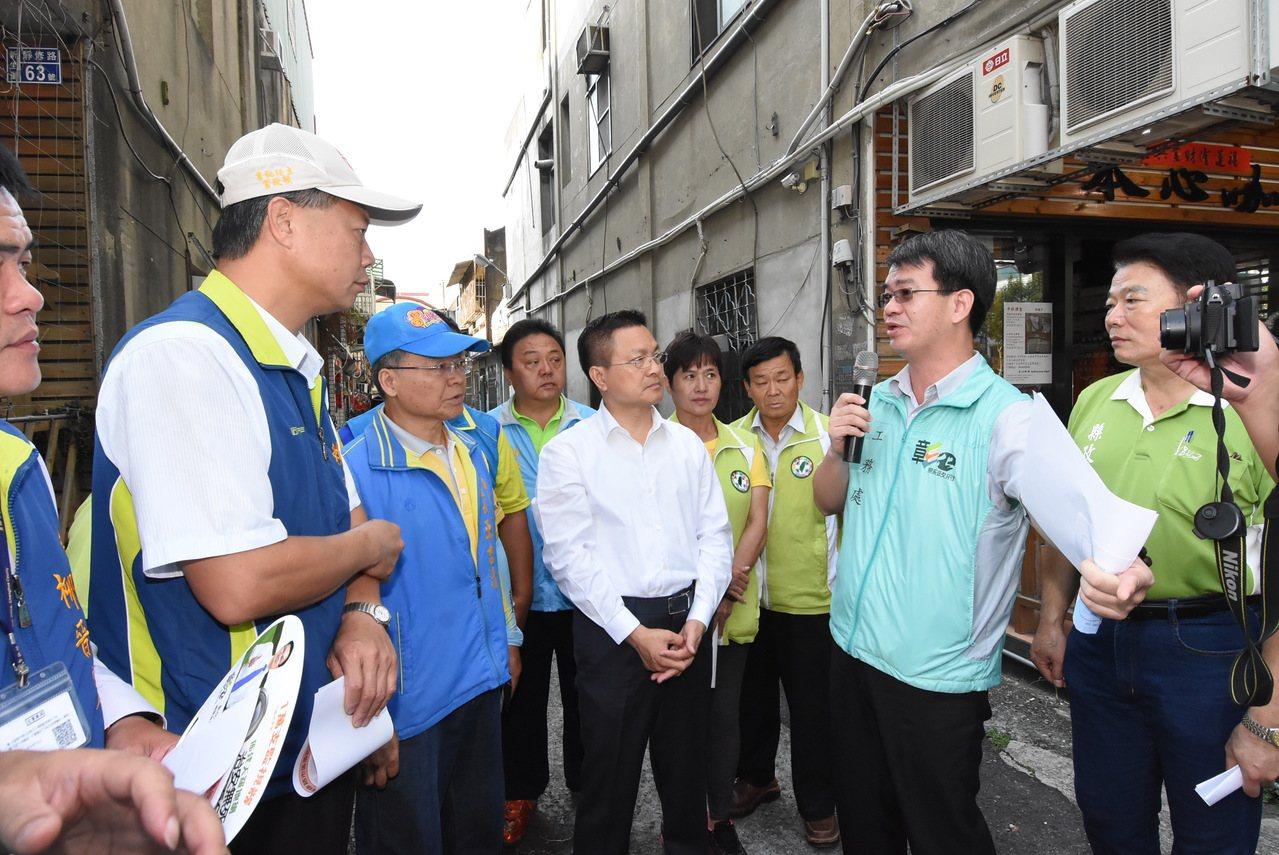 彰化縣工務處副處長馬英傑(右2)向縣長魏明谷說明工程現況。記者簡慧珍/攝影