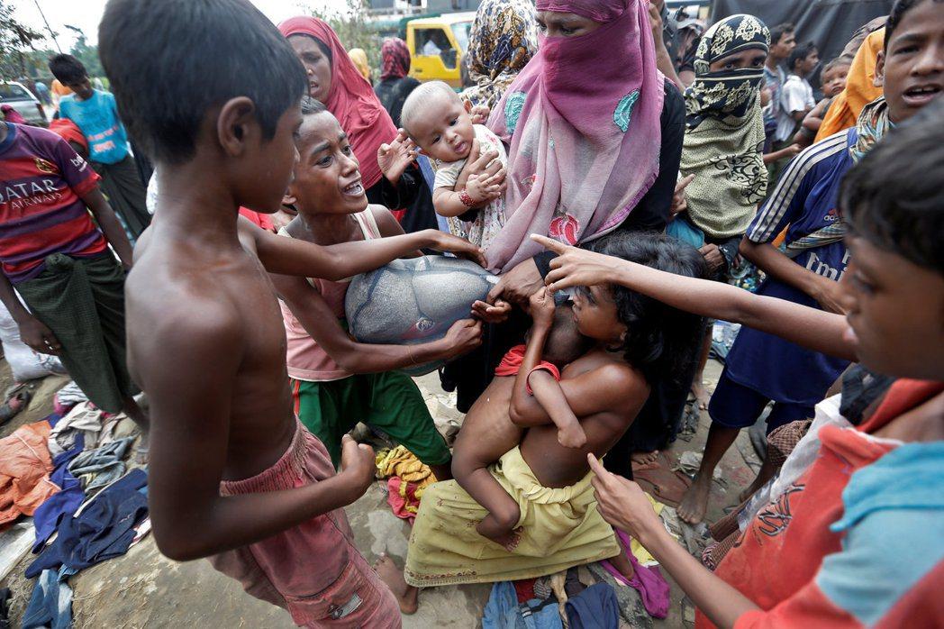 人道組織估計,目前已有48萬洛興雅人逃離家園。路透