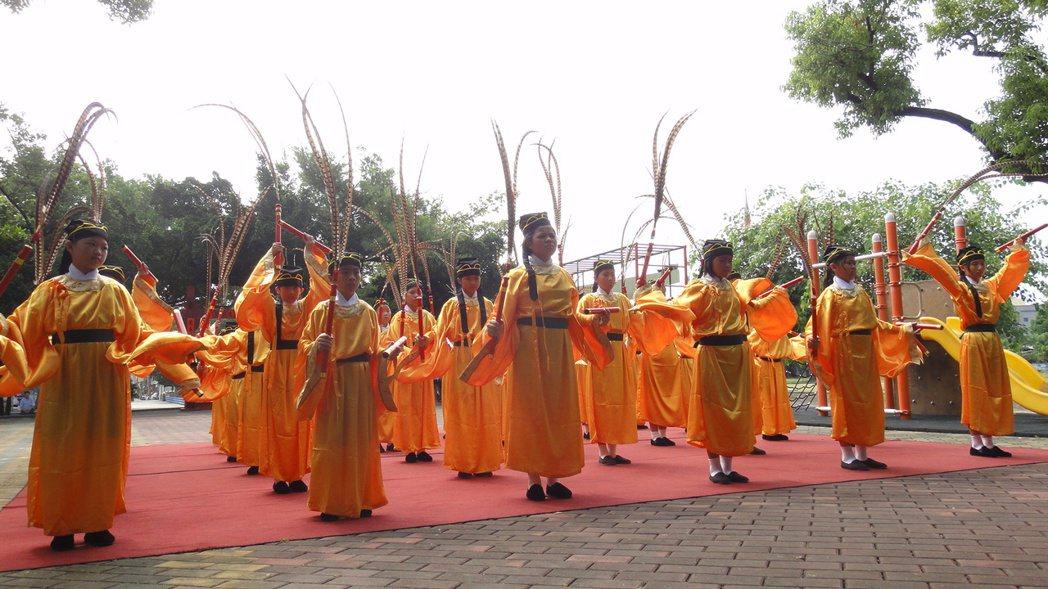 跳六佾舞需要36人,海濱國小動員中高年級學生來參與。記者蔣繼平/攝影