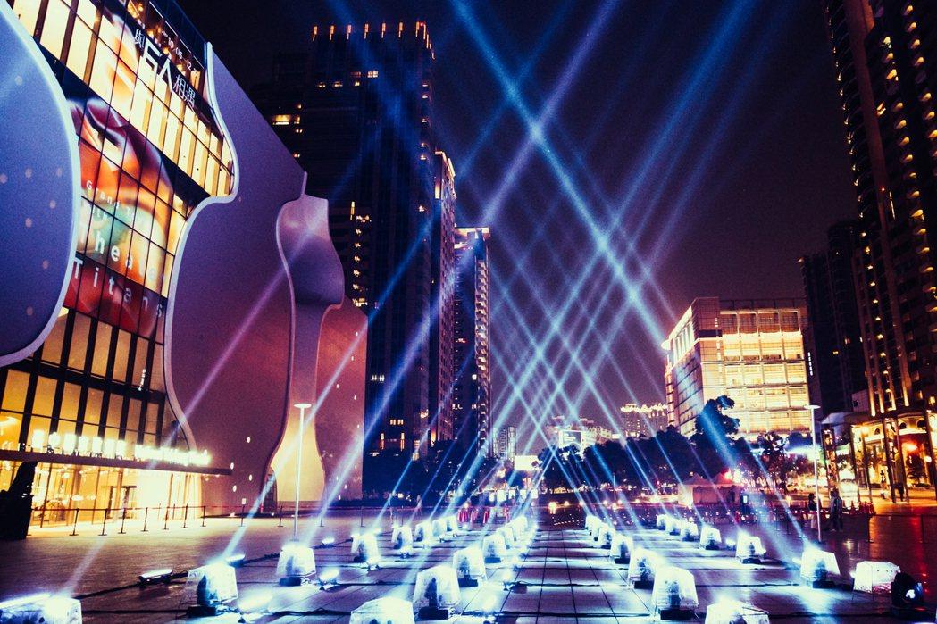 歌劇院慶祝周年慶,9月30日起晚間在牆面有燈光投影,呈現華格那《女武神》燈光秀音...