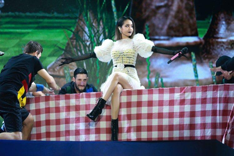蔡依林穿Jimmy Choo綁帶短靴登台演出。圖/Jimmy Choo提供