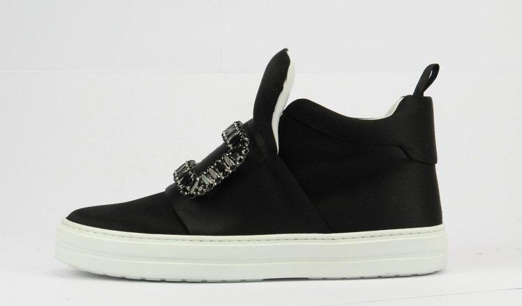 SNEAKY VIV水鑽釦飾中筒球鞋(黑),59,900元。圖/Roger Vi...