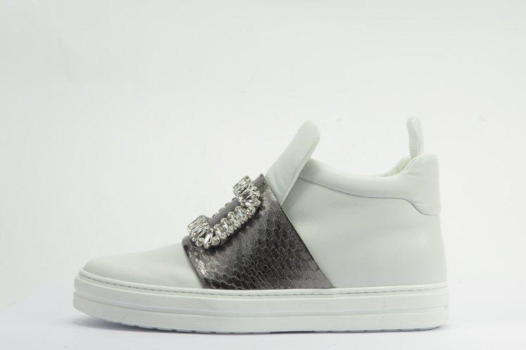SNEAKY VIV水鑽釦飾中筒球鞋,64,200元。圖/Roger Vivie...
