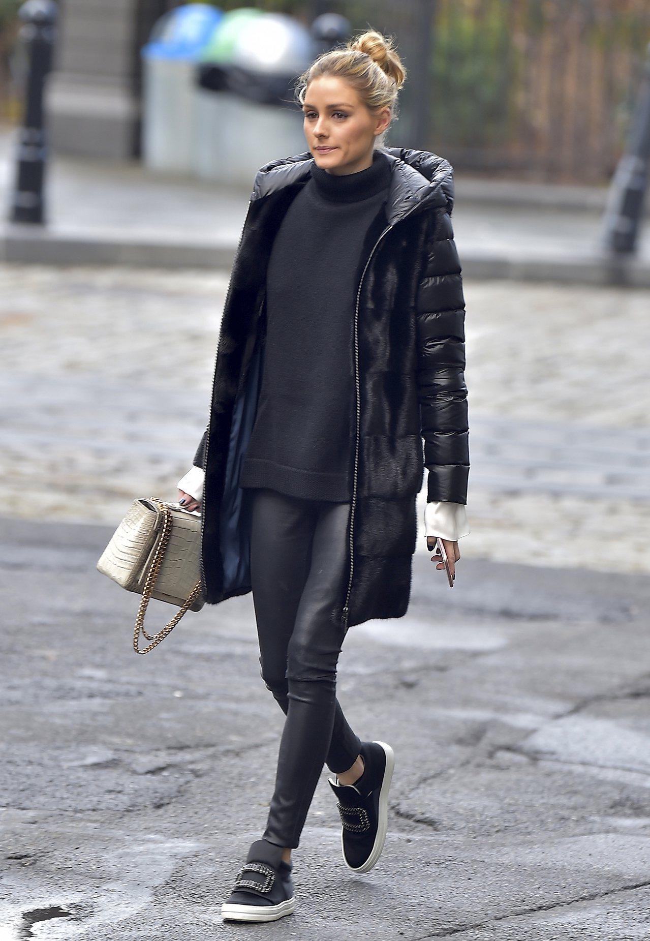 紐約名媛奧莉維亞巴勒莫穿SNEAKY VIV水鑽釦飾中筒球鞋。圖/Roger V...