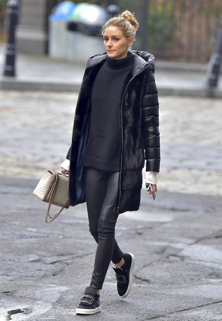 紐約名媛奧莉薇亞巴勒莫穿SNEAKY VIV水鑽釦飾中筒球鞋。圖/Roger V...