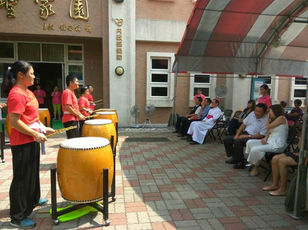 華聖中心的慢飛天使以中國鼓迎賓感謝企業贈車。記者蔡維斌/攝影