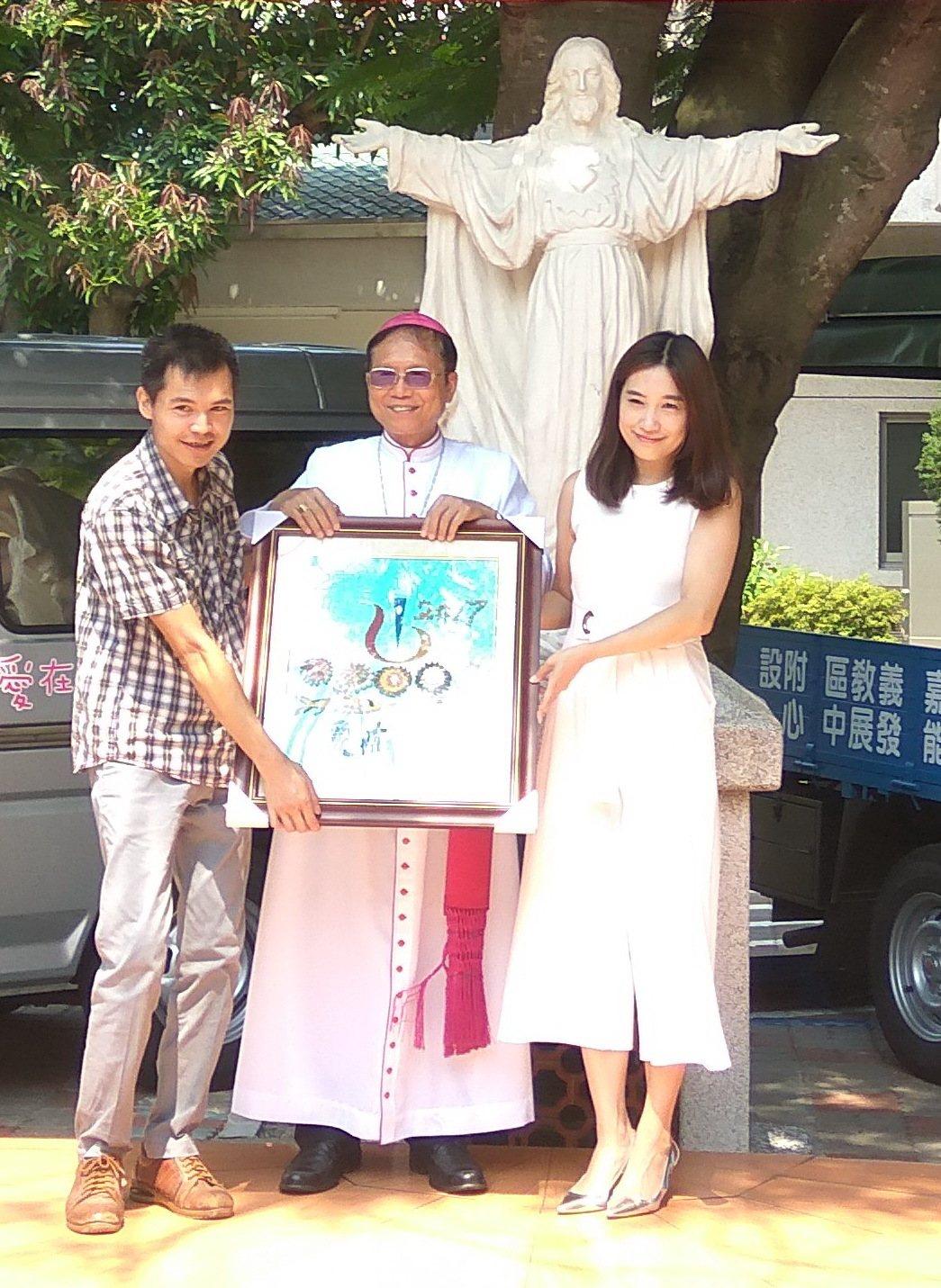 學員把辛苦製作的貝殼畫送給企業,回報善心贈車。記者蔡維斌/攝影
