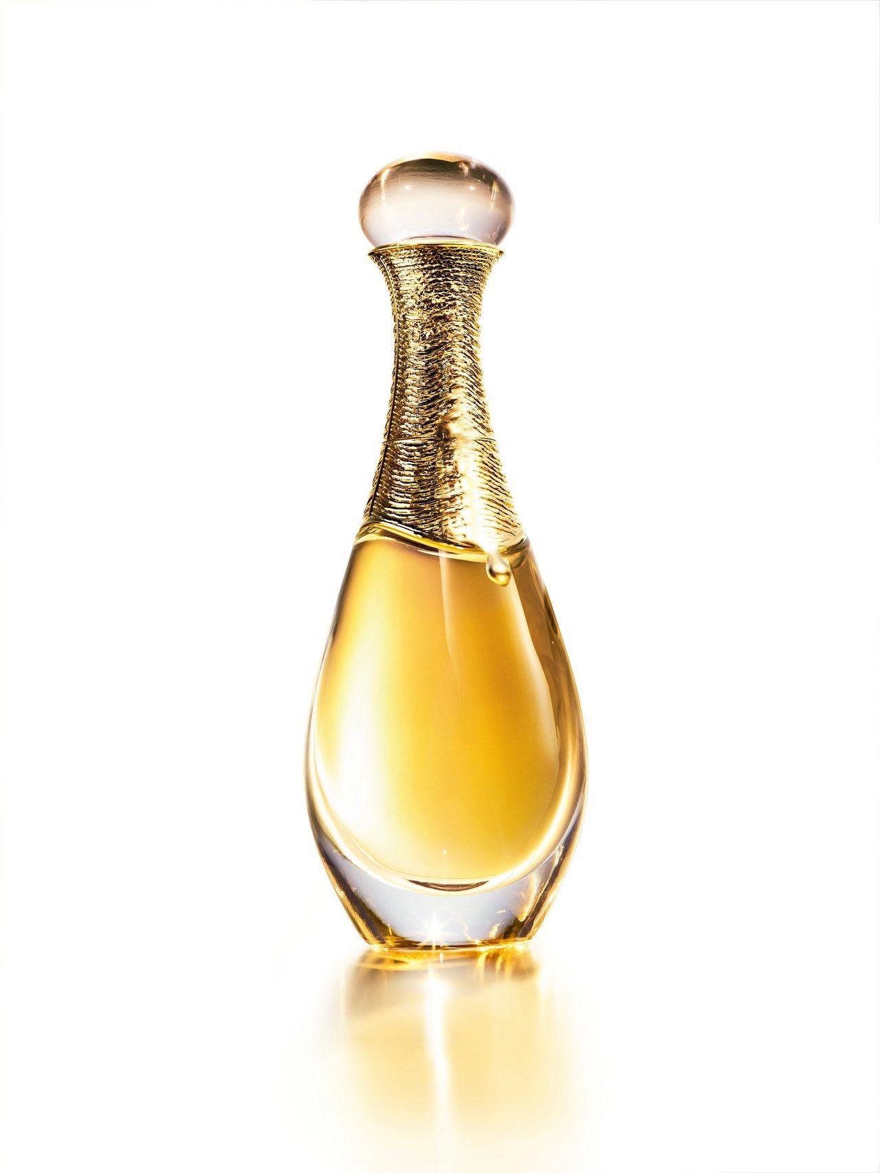 迪奧以歷時超過3年研發出的革命性金工工法,為J'adore L'or頂級金緻香精...